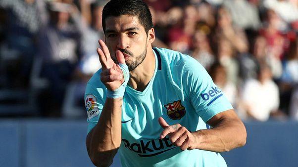 لويس سواريز لاعب برشلونة يحتفل بحدف سجله في شباك ليجانيس  في الدوري الاسباني يوم السبت - رويترز