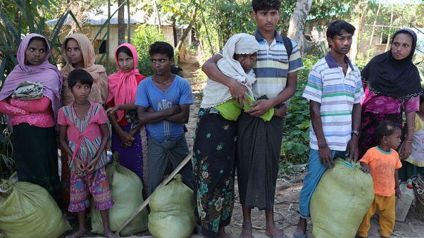 لاجئون من الروهينجا في بنجلادش يوم الأحد - رويترز