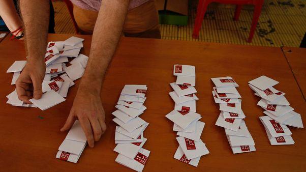 مسؤول في مركز اقتراع يفرز الأصوات بعد فتح صندوق اقتراع خلال الانتخابات الرئاسية في سانتياجو يوم الاحد. تصوير: روديرجو جاريدو - رويترز