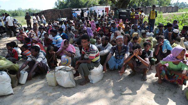 لاجئون من الروهينجا في كوكس بازار في بنجلادش يوم الأحد. تصوير: محمد بونير - رويترز
