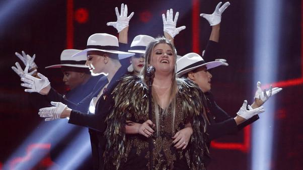 كيلي كلاركسون تقدم أغنية خلال حفل جوائز الموسيقى الأمريكية في لوس أنجليس يوم الأحد. تصوير: ماريو أنزوري - رويترز