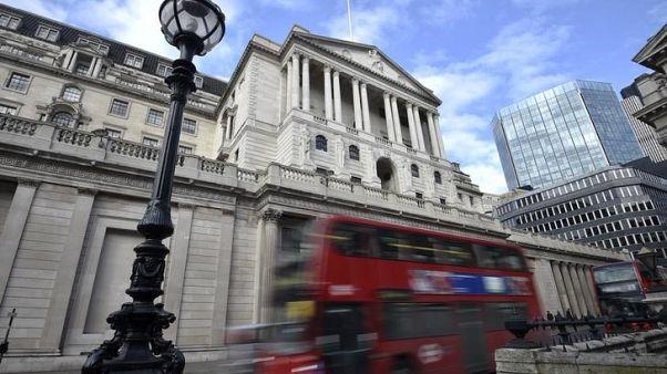 حافلة تمر بجوار بنك انجلترا (البنك المركزي) في لندن يوم 14 فبراير شباط 2017. تصوير: هاناه ماكاي - رويترز