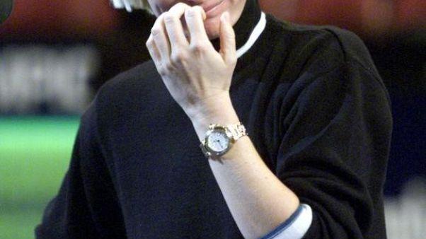 لاعبة التنس التشيكية الراحلة يانا نوفوتنا وقد غلبتها دموع  لم تستطع حبسها في حفل اعتزالها بنيويورك. أرشيف رويترز