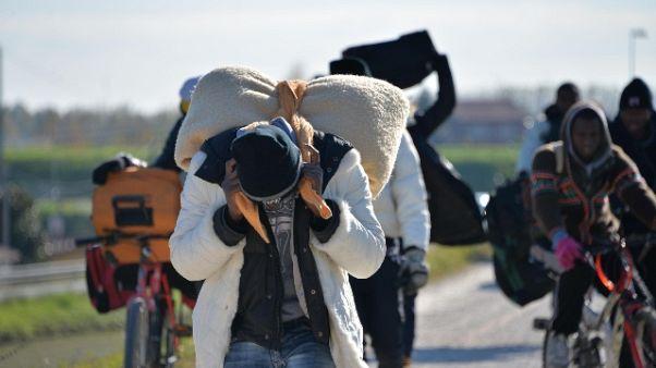 Altri profughi escono da ex base Cona