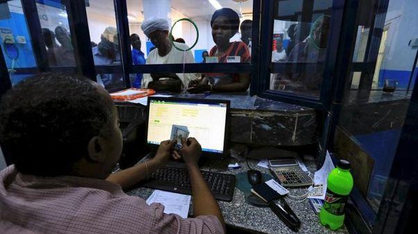 أشخاص في مكتب صرافة في الخرطوم يوم السابع من أكتوبر تشرين الأول 2017. تصوير: محمد نورالدين عبدالله - رويترز