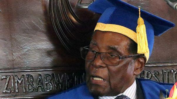 رئيس زيمبابوي روبرت موجابي أثناء حفل تخرج لطلاب جامعيين في العاصمة هاراري يوم 17 نوفمبر تشرين الثاني 2017. تصوير: فيليمون بولاوايو - رويترز