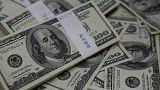 الدولار عند أعلى مستوى في نحو أسبوع مع تراجع اليورو