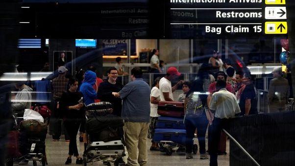 مسافرون دوليون يصلون إلى مطار دالاس الدولي في العاصمة الأمريكية واشنطن يوم 24 سبتمبر أيلول 2017. تصوير جيمس لولار دوجان - رويترز.