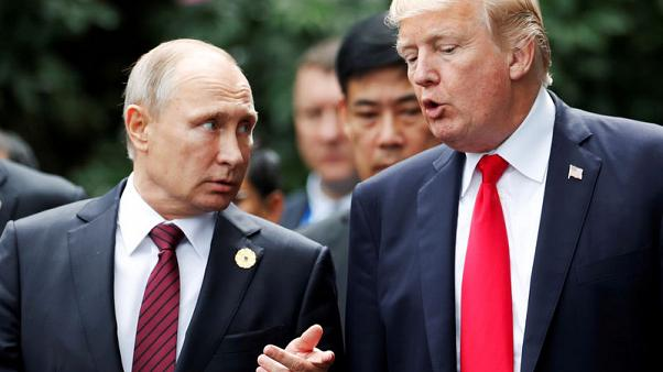 الرئيس الأمريكي دونالد ترامب ونظيره الروسي فلاديمير بوتين في فيتنام يوم 11 نوفمبر تشرين الثاني 2017 - رويترز