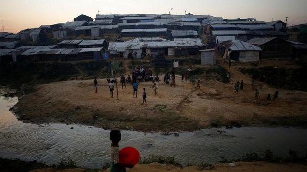 لاجئون من الروهينجا في مخيم للاجئين ببنجلادش في صورة التقطت يوم الاثنين. تصوير: سوزانا فيرا - رويترز