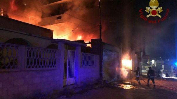 Portone cosparso benzina e dato alle fiamme,indagano carabinieri