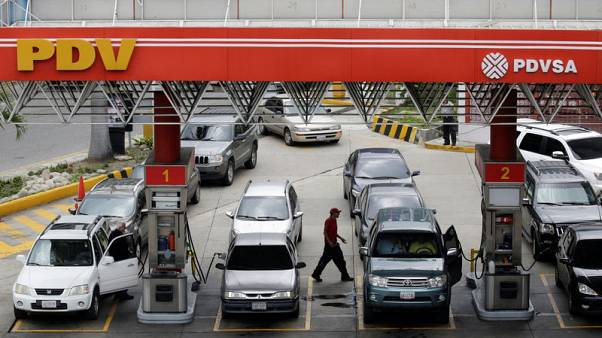 FILE PHOTO: Motorists line up for fuel at a gas station of Venezuelan state-owned oil company PDVSA in Caracas, Venezuela September 21, 2017. REUTERS/Marco Bello/File Photo