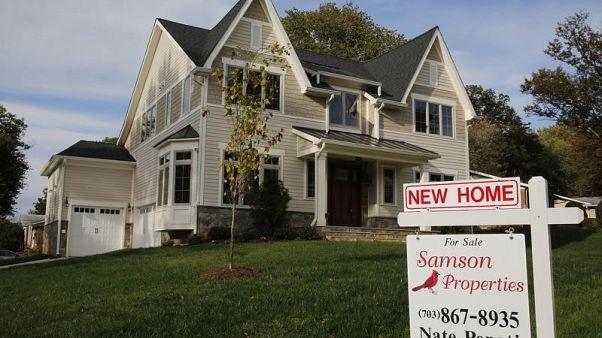 لافتة تعلن عرض منزل جديد للبيع في ولاية فرجينيا - صورة من أرشيف رويترز.