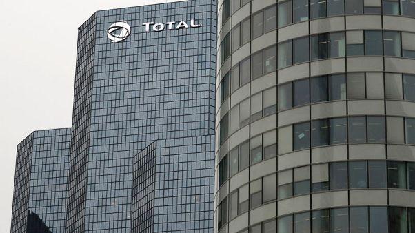شعار شركة توتال شركة النفط الفرنسية العملاقة على مقر الشركة في غرب باريس في صورة التقطت يوم الثلاثاء. تصوير جونسالو فوينتس - رويترز.