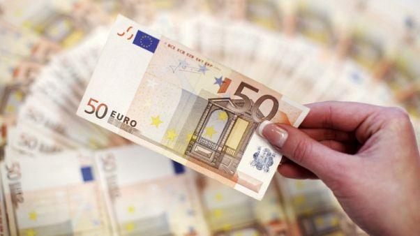 صورة من أرشيف رويترز لعملات ورقية فئة 20 يورو في فيينا.