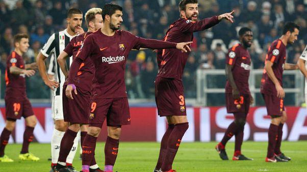 لاعبو برشلونة خلال محاولة على مرمى يوفنتوس بدوري ابطال اوروبا يوم الأربعاء - رويترز