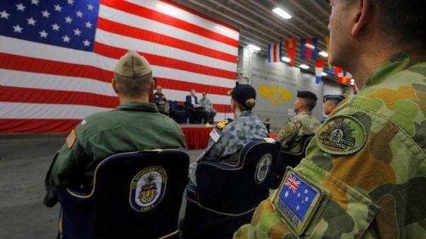 مسؤولون عسكريون استراليون وأمريكيون خلال احتفال في سيدني - أرشيف رويترز