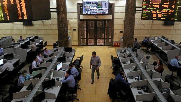صورة من أرشيف رويترز لمتعاملين في البورصة المصرية في القاهرة.