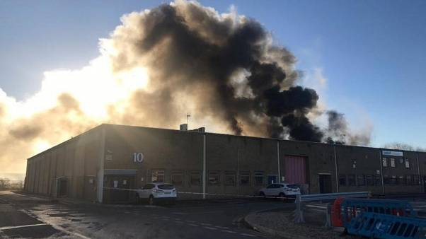دخان يتصاعد جراء حريق شب في منشأة صناعية في لندن يوم الخميس. صورة لرويترز من وسائل التواصل الإجتماعي. يحظر إعادة بيعها أو وضعها في أرشيف.