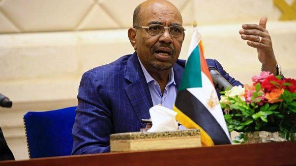 الرئيس السوداني عمر البشير في مؤتمر صحفي في الخرطوم في صورة من أرشيف رويترز.