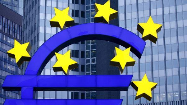 مجسم شعار اليورو في فرانكفورت في صورة من أرشيف رويترز.