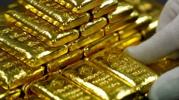 الذهب يهبط من أعلى مستوى في 11 أسبوعا، بفعل صعود الدولار ومبيعات لجني أرباح