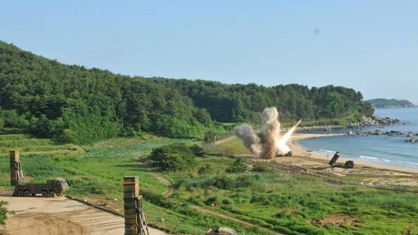 قوات أمريكية وكورية جنوبية تطلق صواريخ في اتجاه البحر قبالة الساحل الكوري الجنوبي يوم 5 يوليو تموز 2017. صورة لرويترز