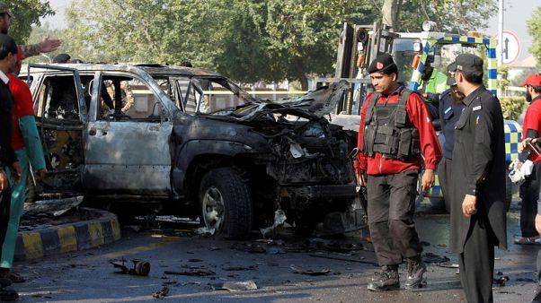 سيارة ضابط شرطة قتل في تفجير انتحاري في بيشاور بباكستان يوم الجمعة. تصوير: فايز عزيز - أرشيف رويترز