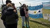 Des proches des marins du sous-marin argentin San Juan disparu devant la base navale de Mar del Plata, le 24 novembre 2017