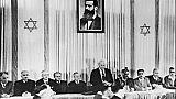 Le Premier ministre israélien David Ben Gourion, entouré par les membres du Conseil national juif, proclame la création de l'Etat d'Israël, le 14 mai 1948 à Tel-Aviv