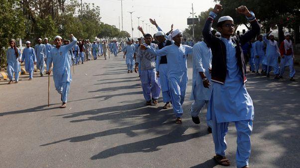 إسلاميون يشتبكون مع الشرطة في باكستان ويشلون عدة مدن