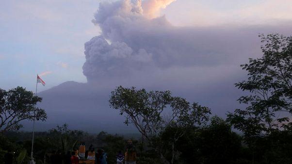 إندونيسيا ترفع حالة التأهب بسبب بركان بالي وآلاف لم يتم إجلاؤهم بعد