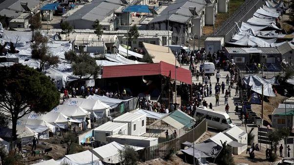 اليونان تنقل بعض طالبي اللجوء من جزيرة ليسبوس إلى البر الرئيسي