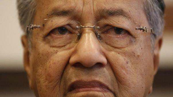 لجنة ماليزية تدعو لتحقيق جنائي في أمر مهاتير وأنور بسبب خسارة عملات أجنبية