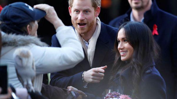 حشود ترحب بالأمير البريطاني هاري وخطيبته ميجان في أول مهامهما الرسمية منذ الخطبة