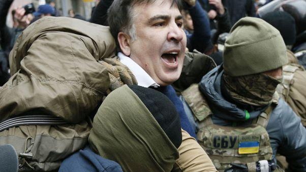 أنصار رئيس جورجيا السابق يخرجونه من سيارة شرطة بعد اعتقاله في أوكرانيا