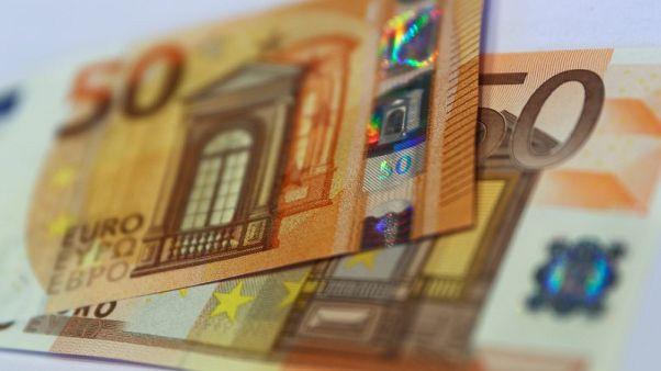 الدولار يصعد مع سعي المستثمرين لاقتناص الصفقات