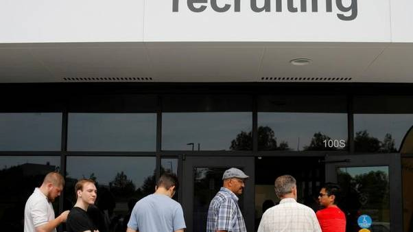 طلبات إعانة البطالة الأمريكية تزيد من أدنى مستوى في 45 عاما