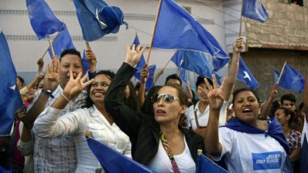 """Aux cris de """"quatre ans de plus"""", des milliers de sympathisants du président sortant du Honduras, Juan Orlando Hernandez, ont défilé le 7 décembre 2017 à Tegucigalpa"""
