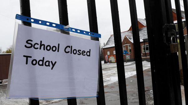 الثلوج تعوق انتظام الدراسة وحركة النقل في بريطانيا وهولندا