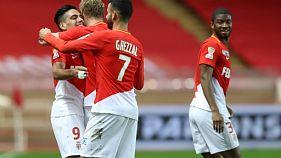 L'attaquant de Monaco Radamel Falcao (g) félicité par ses coéquipiers après son but contre Caen en Coupe de la Ligue, le 12 décembre 2017 au stade Louis II