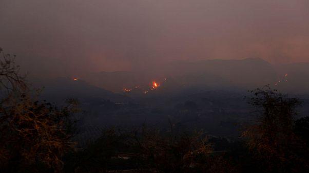 وفاة رجل إطفاء أثناء مكافحة حرائق الغابات بولاية كاليفورنيا