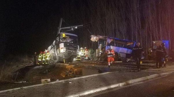 مقتل 4 طلاب في حادث تصادم بين قطار وحافلة بجنوب غرب فرنسا