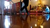 اعتقال مرشدة سياحية في تايلاند بسبب سلوك غير لائق في معبد بوذي