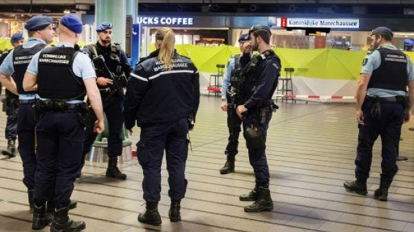 """Pays-Bas: l'homme qui a menacé la police d'un couteau est """"confus"""""""