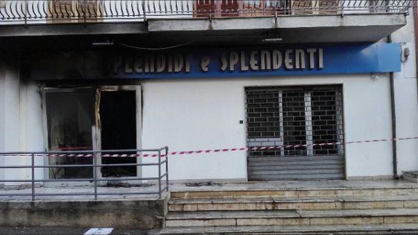 Bomba devasta negozio prima di apertura