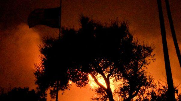 رياح كاليفورنيا تؤجج ثالث أكبر حرائق غابات في تاريخ الولاية