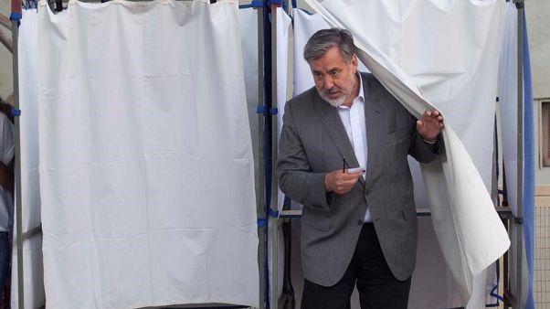 تشيلي تختار بين ملياردير وصحفي سابق في انتخابات الرئاسة
