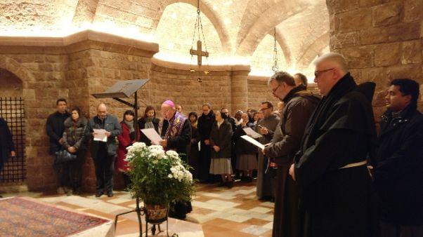 Chiesa Assisi 'si ferma'e prega per pace