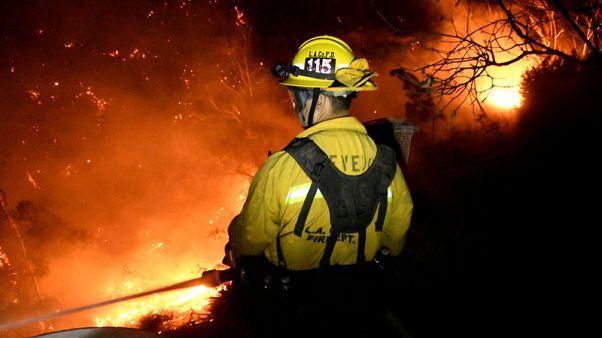 هدوء الرياح يساعد كاليفورنيا على مواجهة الحرائق